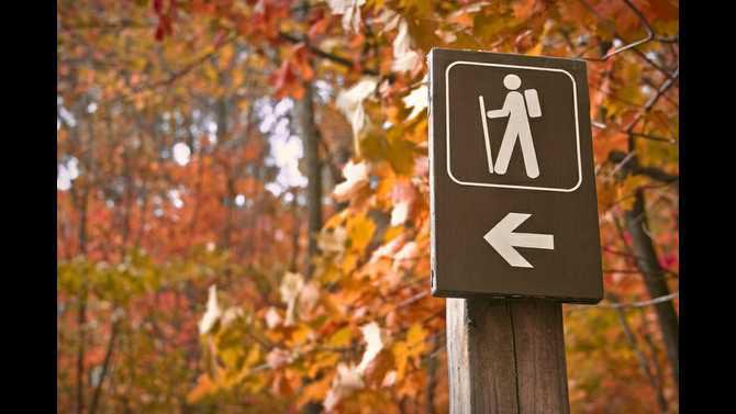 fall-hiking-sign