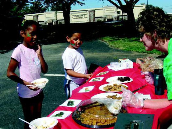 farmers market kids at booth IMG 6238